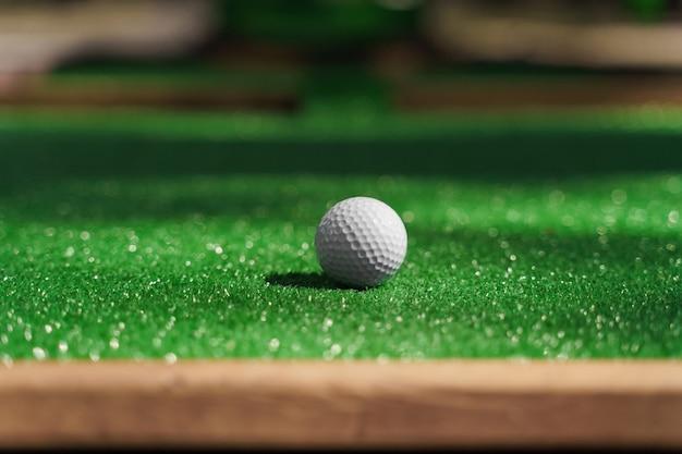 Golfball auf dem grünen rasen
