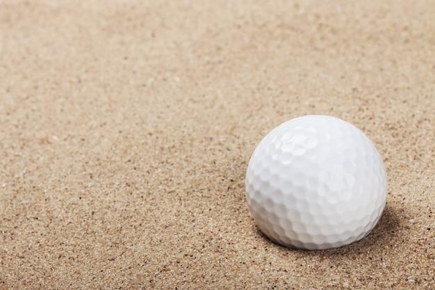 Golfball auf dem sand