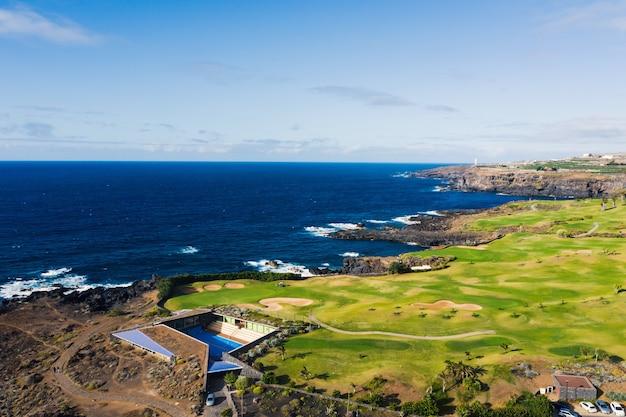 Golfplatz in der nähe des atlantischen ozeans auf teneriffa