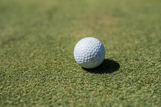 Golfplatz mit weißem ball