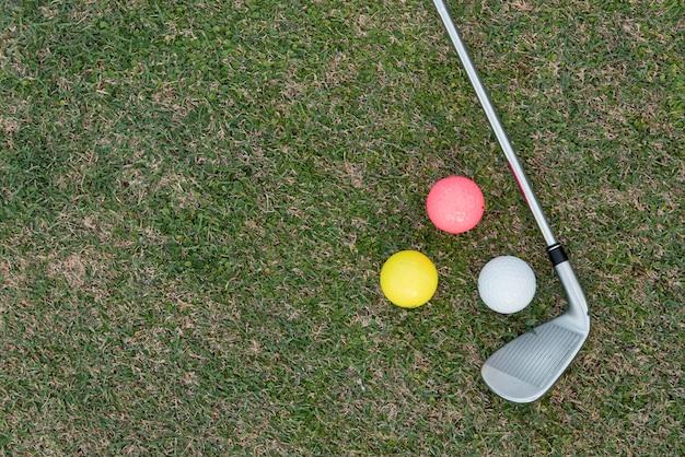 Golfschläger und bälle auf dem platz
