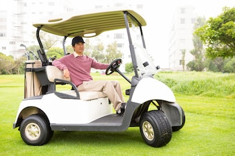 Golfspieler, der seinen Golfbuggy betrachtet Kamera fährt