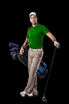 Golfspieler in einem grünen hemd, stehend mit einer tüte golfschläger auf seinem rücken, auf einem schwarzen hintergrund.