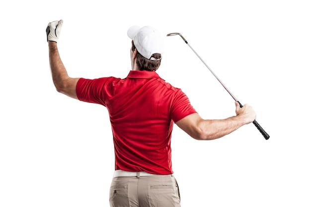 Golfspieler in einem roten hemd, das auf einem weißen raum feiert.