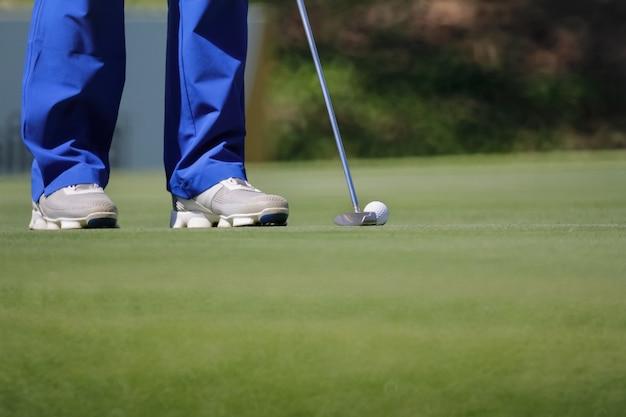 Golfspieler putting, selektiver fokus auf golfball