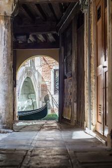 Gondeln am kanal in venedig, italien. alte gasse