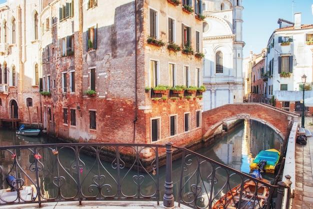 Gondeln am kanal in venedig. venedig ist ein beliebtes touristenziel in europa.