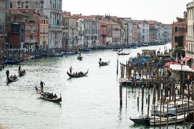 Gondeln auf dem canal grande von venedig