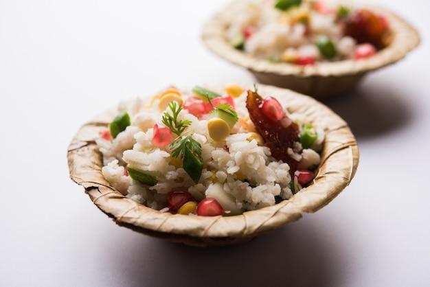 Gopalkala oder dahi kala ist ein prashad, der lord krishna auf janmashtami oder gokulashtami angeboten wird. hergestellt aus geschlagenem reis, quark, milch, zucker, granatapfel, chili, gurke und koriander Premium Fotos