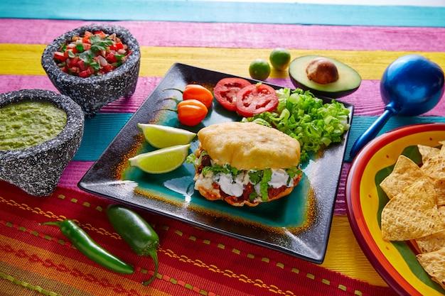 Gordita mexikanischer taco gefüllt mit pastorfleisch