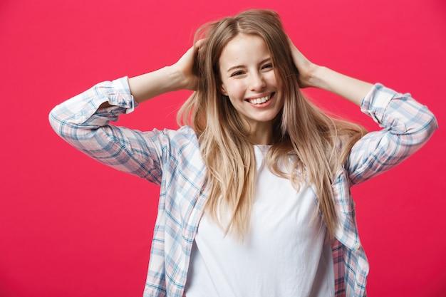 Gorgeours junge kaukasische frau mit gesunder sauberer haut und schönem satz funktionen über rosa hintergrund