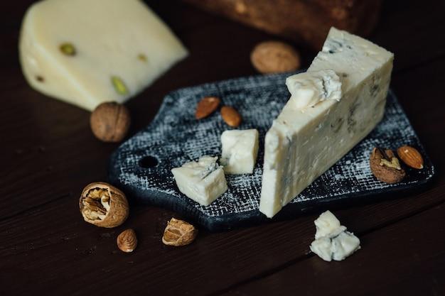 Gorgonzola blauschimmelkäse. italienischer blauschimmelkäse gorgonzola mit nüssen.