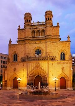 Gotische kathedrale an der plaza mayor am abend. castellon de la plana