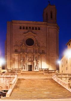 Gotische kathedrale in girona am abend