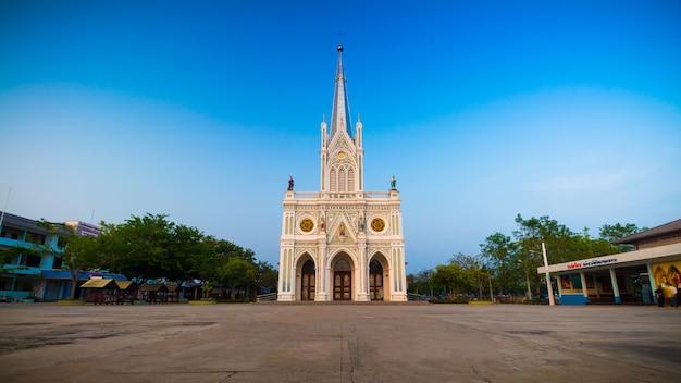 Gotische kirche im hintergrund des blauen himmels, thailand
