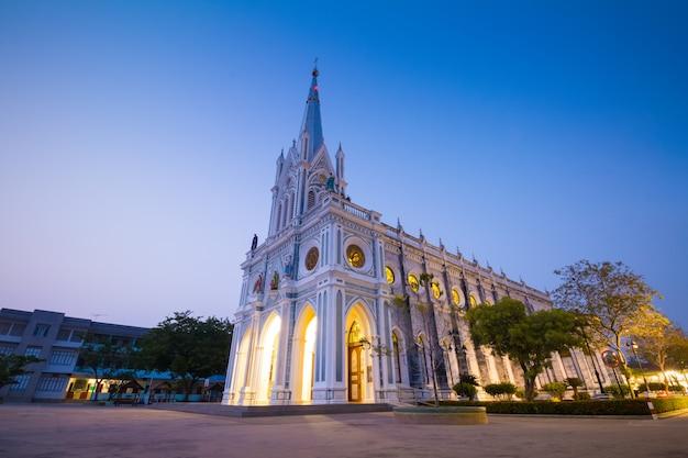 Gotische kirche in der dämmerungszeit, thailand