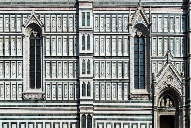 Gotisches fenster - ein detail der fassade der domkathedrale in florenz, italien