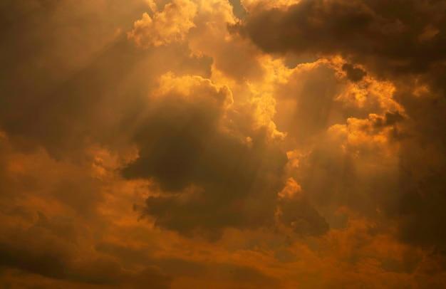Gott licht. weißer und goldener bewölkter himmel mit sonnenstrahl. sonnenstrahlen durch goldene wolken. gott licht vom himmel für hoffnung und treue vorstellung. glaube an gott. schöner sonnenlichthimmel und flauschige wolken.