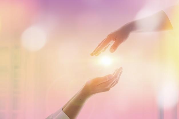 Gottes helfende hand auf sonnenunterganghintergrund. gedenktag und karfreitagskonzept