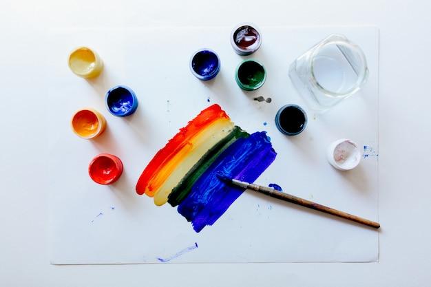 Gouache malt mit pinseln auf weißem hintergrund