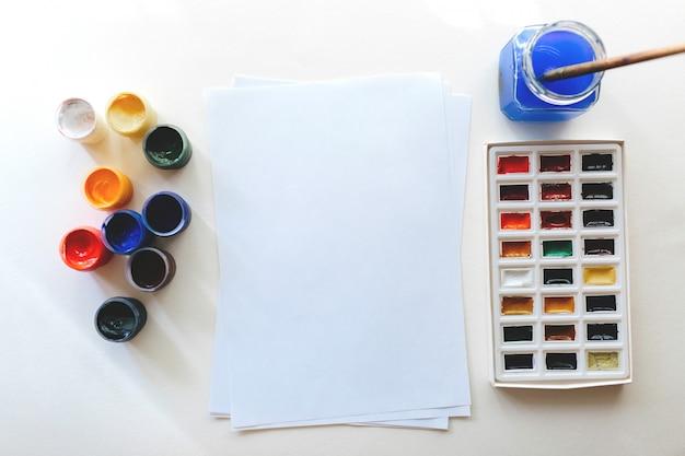 Gouache- und aquarellfarben auf weißem hintergrund