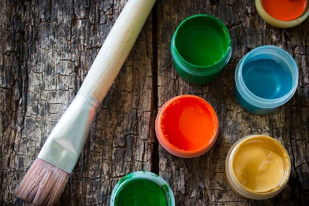 Gouachepinsel für das malen auf einem alten holztisch