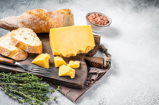 Gouda-käse mit brot bereit zum kochen des sandwiches. weißer hintergrund. ansicht von oben. platz kopieren.