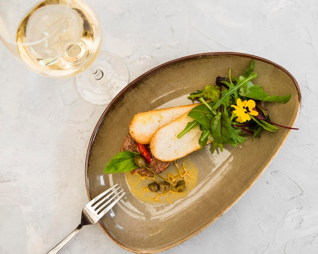 Gourmet-bruschetta mit wein serviert