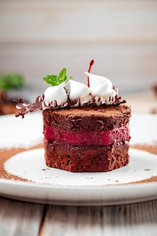 Gourmet-dessert-biskuitkuchen mit beerencreme