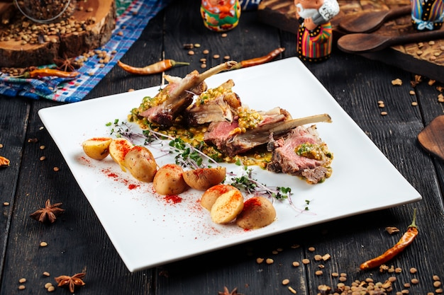 Gourmet gebratene lammkoteletts mit sauce und kartoffeln