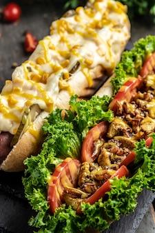 Gourmet gegrillte hots dogs mit verschiedenen belägen. vertikales bild. ansicht von oben.