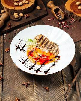 Gourmet-hähnchenbrust mit erbsenbrei-sauce und kürbiskernen