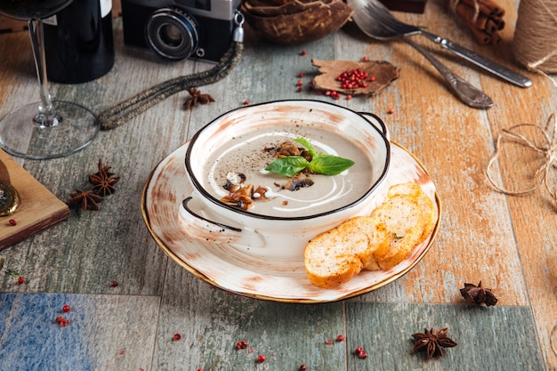 Gourmet-pilzcremesuppe mit croutons