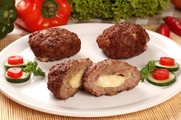 Gourmet-rindfleischbällchen mit käse in der platte