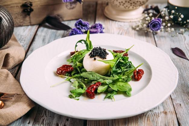 Gourmet-salat mozzarella kaviar sonnengetrocknete tomaten