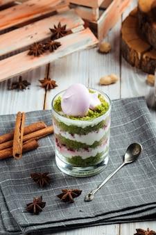 Gourmet schicht dessert parfait pistazienkeks