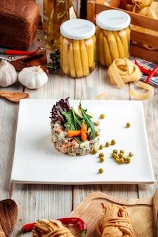 Gourmet serviert olivier russische salat mayonnaise