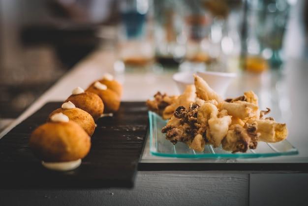Gourmet-servierung von meeresfrüchte-kroketten
