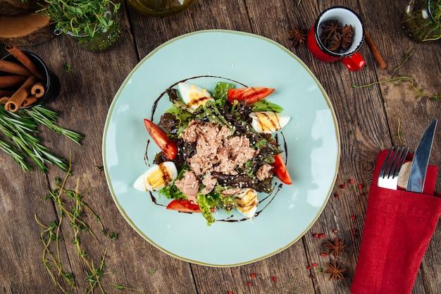 Gourmet-thunfischsalat mit eiergrün und sauce