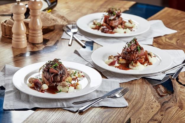 Gourmet-vorspeise: wunderschön dekorierte catering-bankett-foie gras mit beeren