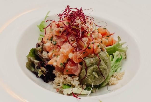 Gourmetteller vom lachstatar mit avocado und quinoa