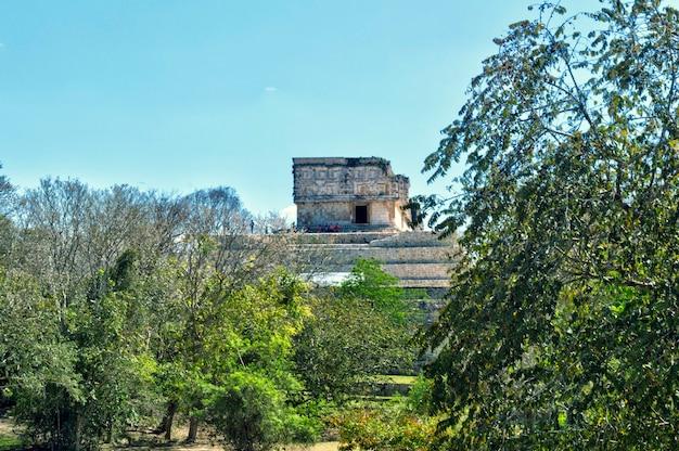 Gouverneurspalast in der alten maya-stadt uxmal in mexiko. uxmal, eine alte maya-stadt, gilt als eine der wichtigsten archäologischen stätten der maya-kultur.