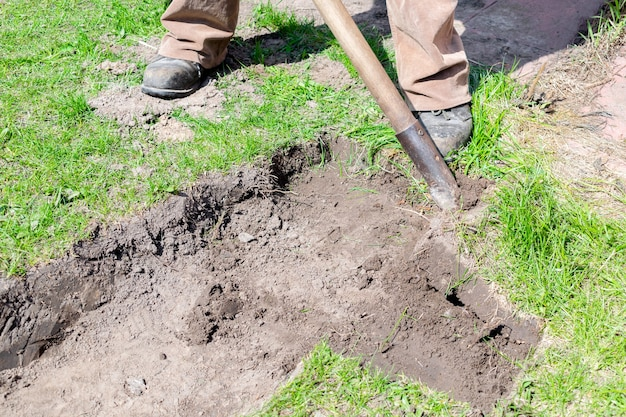 Graben des bodens bodendetails stücke von grünem frischem rasengras im stadtparkgarten oder hinterhof