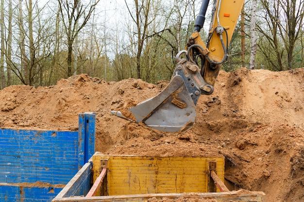 Grabenbau mit metallgrabenstützen