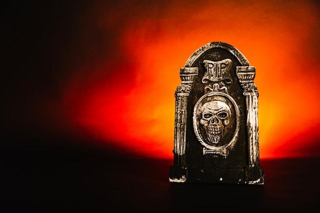Grabstein auf diabolischem hintergrund
