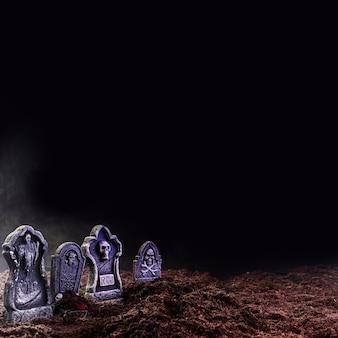 Grabsteine auf losem grund im nebel