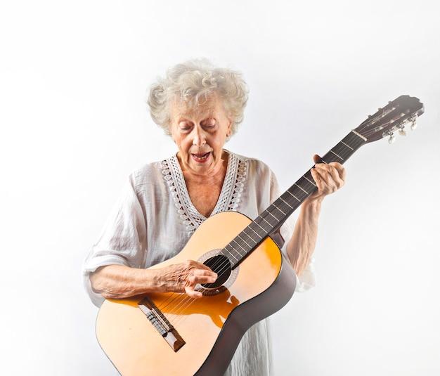 Gradma spielt auf einer gitarre