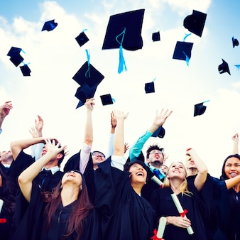 Graduation caps ausgelöst glück erfolg cocnept