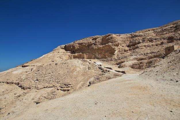 Gräber der pharaonen in amarna am ufer des nils in ägypten