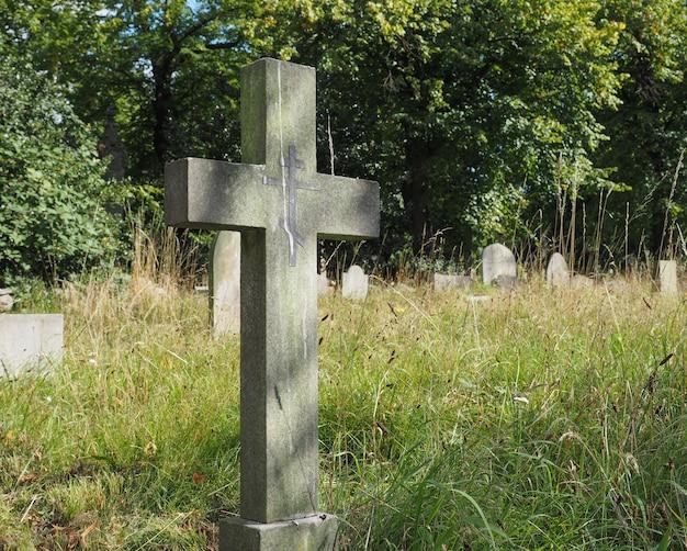 Gräber und kreuze auf dem gotischen friedhof